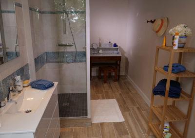 La grande salle de bain bleue